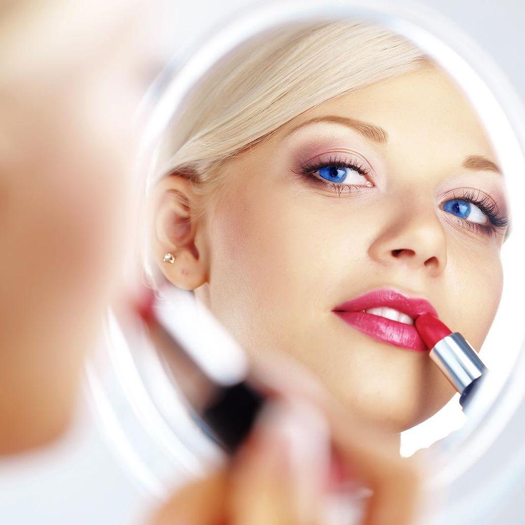 Alasan Wanita Masih Sering Beli Lipstik di Tengah Sulitnya Ekonomi