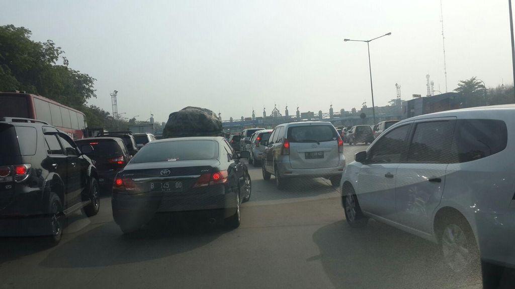 Truk Kontainer Tersangkut di Jembatan Penyeberangan KM 20 Tol Cikampek