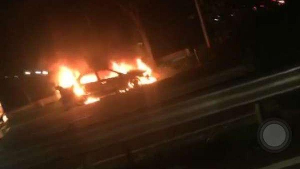 Api di Sedan yang Terbakar di Tol Meruya Padam, Lalin Ramai Lancar
