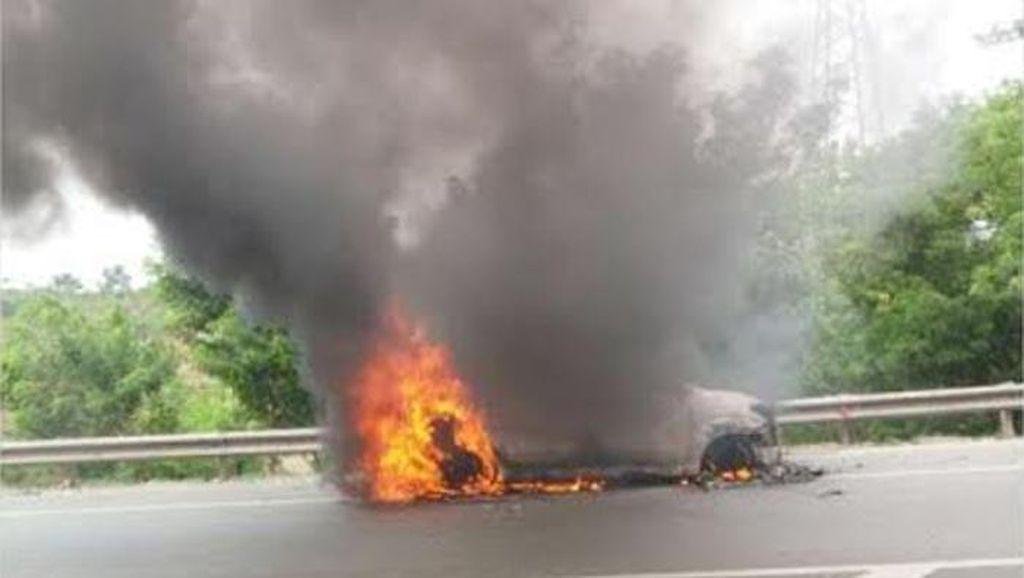 Mobil Terbakar di Tol Jakarta-Cikampek, Lalu Lintas Macet 1 Km
