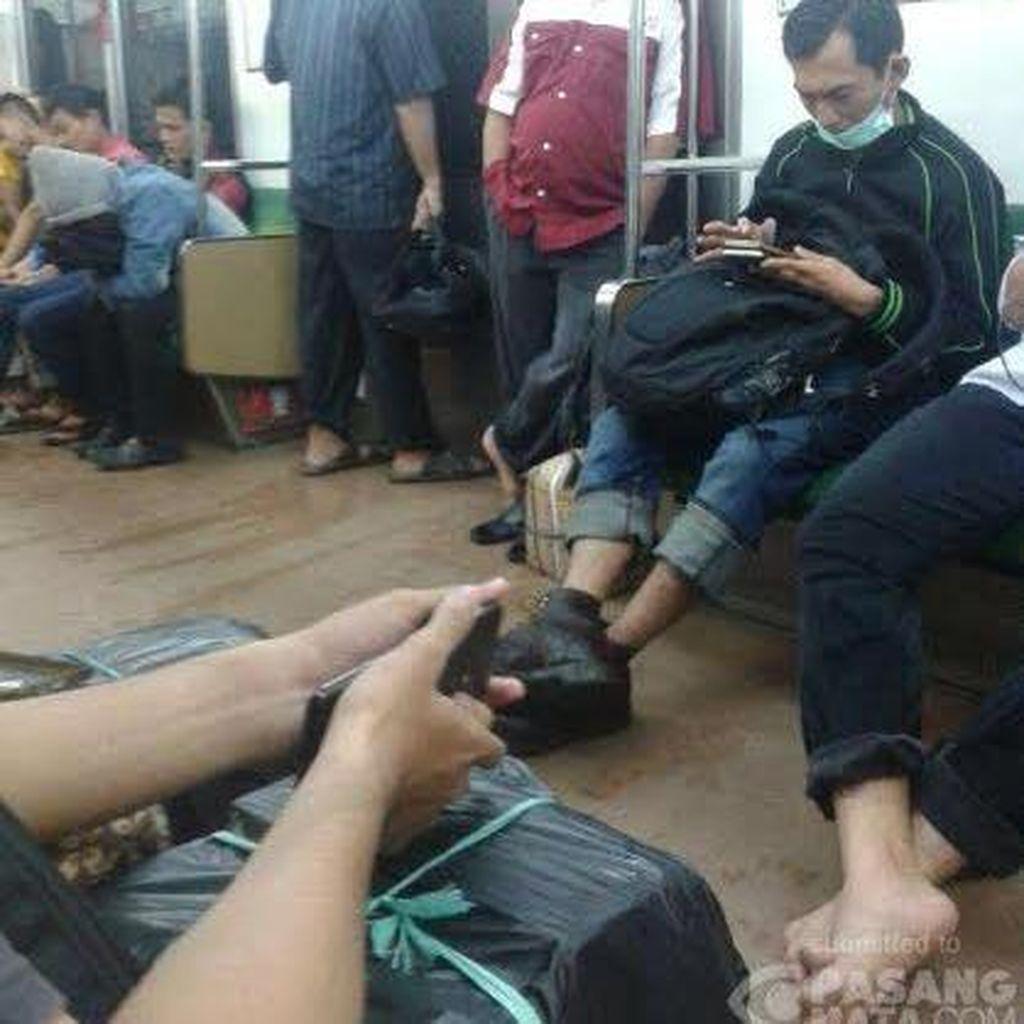 Jalur Kereta Arah Bogor Tertimbun Longsor, Ratusan Penumpang Turun di Jalan