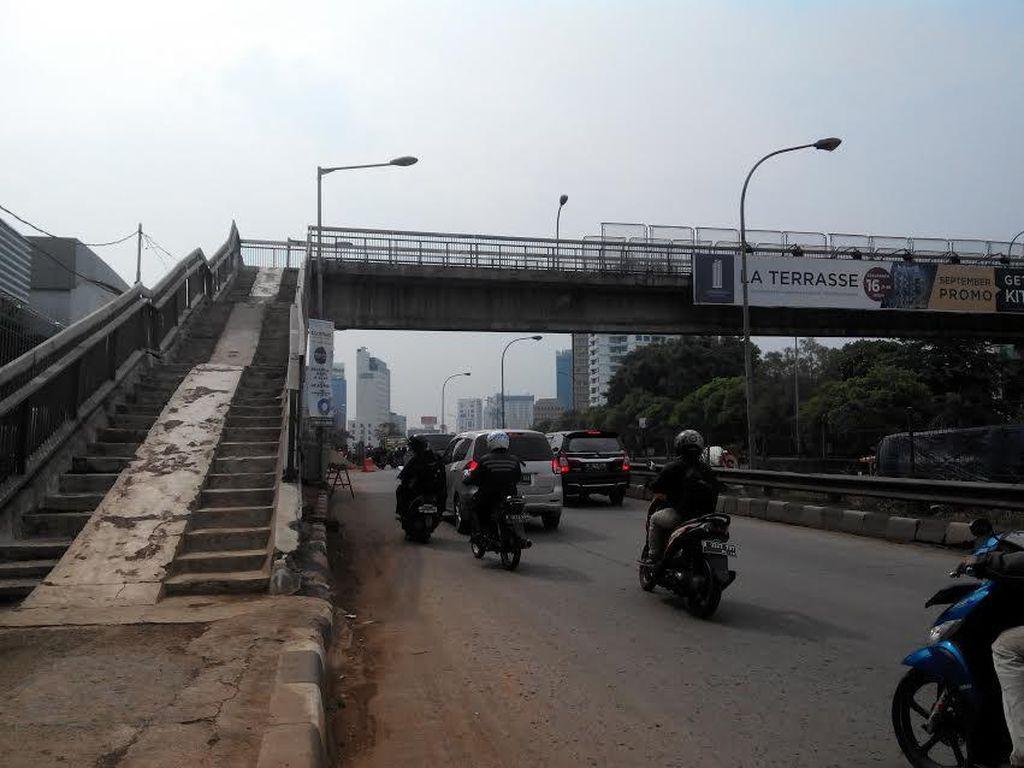 Satpol PP Perlu Jaga 24 Jam Jembatan Penyeberangan yang Rawan!