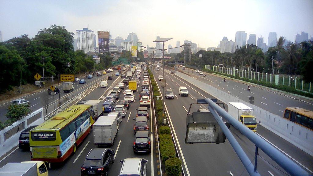 Ada Mobil Boks Terguling, Tol JORR Arah Ulujami Macet Panjang