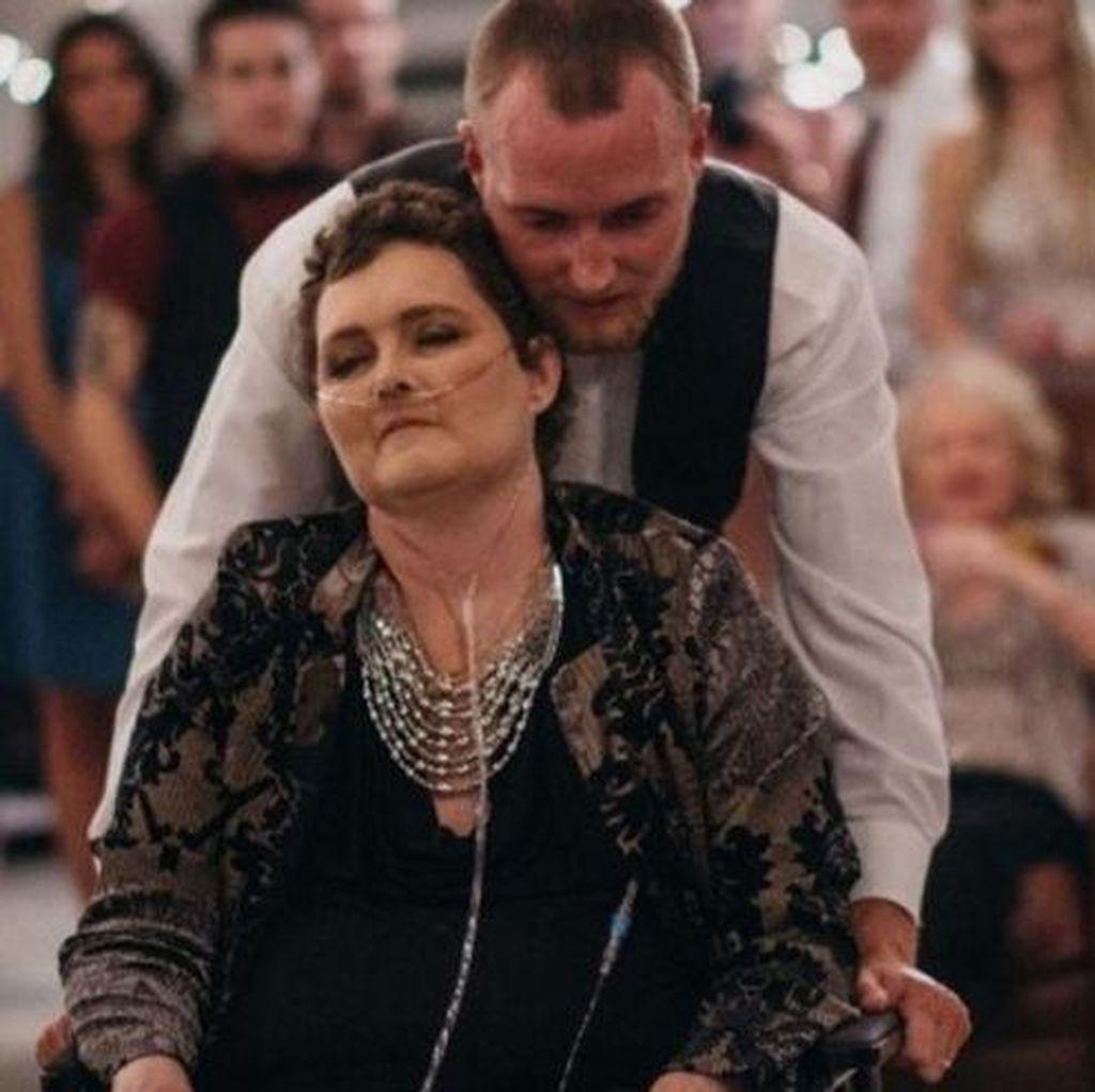 Pria Ini Majukan Hari Pernikahan Agar Ibunya yang Sakit Kanker Bisa Hadir