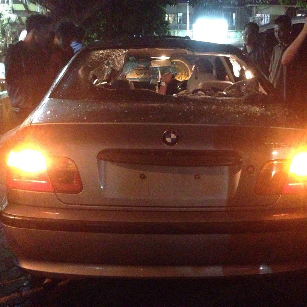 Sopir BMW yang Mobilnya Diamuk Massa Diamankan ke Polsek Tebet