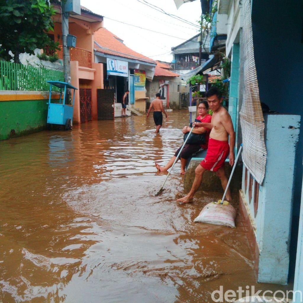 Banjir di Kampung Melayu Kecil Surut, Warga Sibuk Bersih-bersih