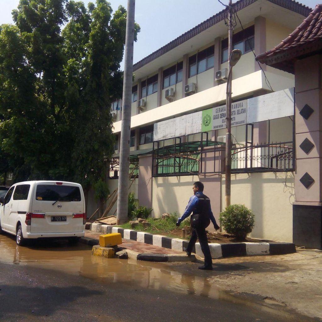 Siswa Sekolah Unggulan SMA 8 Jakarta Ujian di Tengah Genangan Air