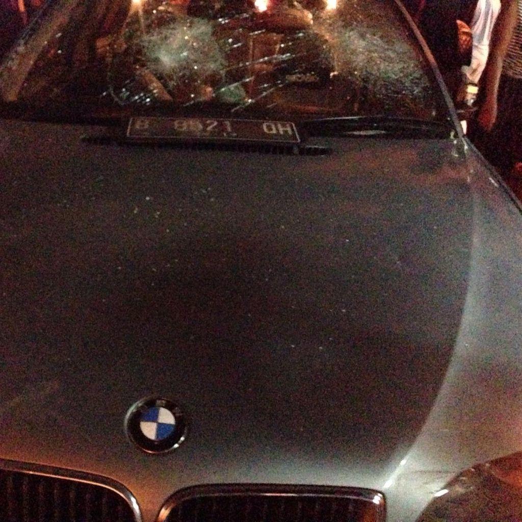 Diduga Tabrak Pejalan Kaki dan 3 Motor, Mobil BMW Diamuk Massa di Tebet