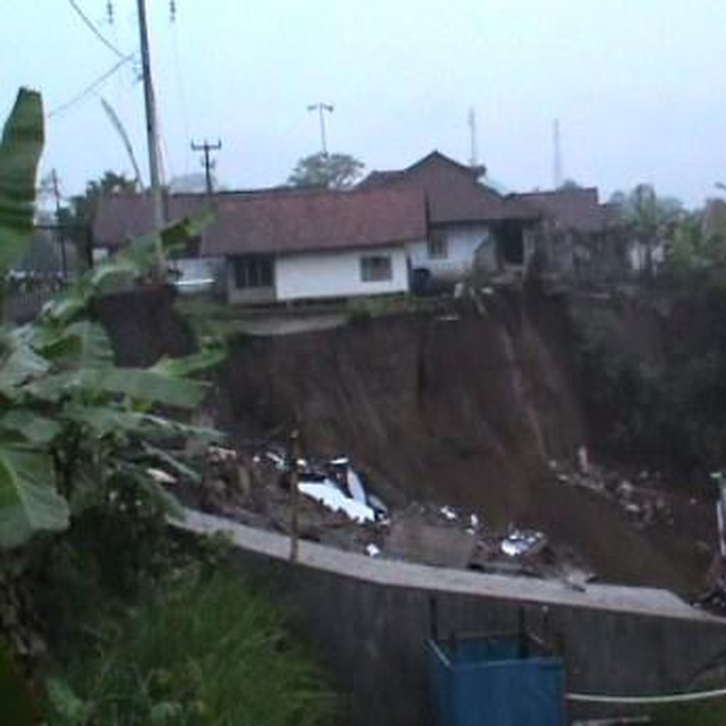Tebing Puluhan Meter Longsor di Tasikmalaya, Jalur Provinsi Terganggu