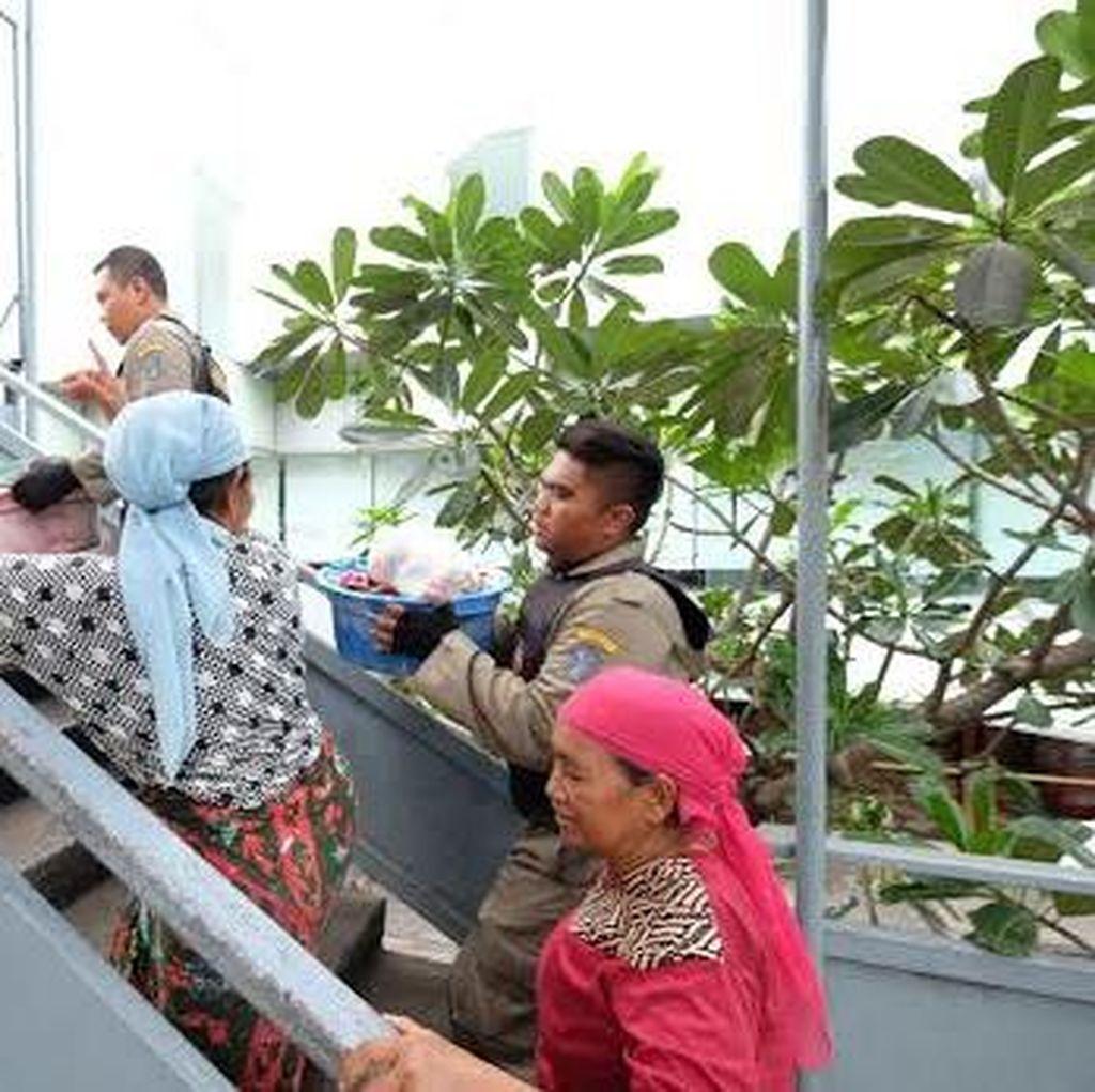 Razia JPO di Surabaya, Satpol PP Dapat Pengemis