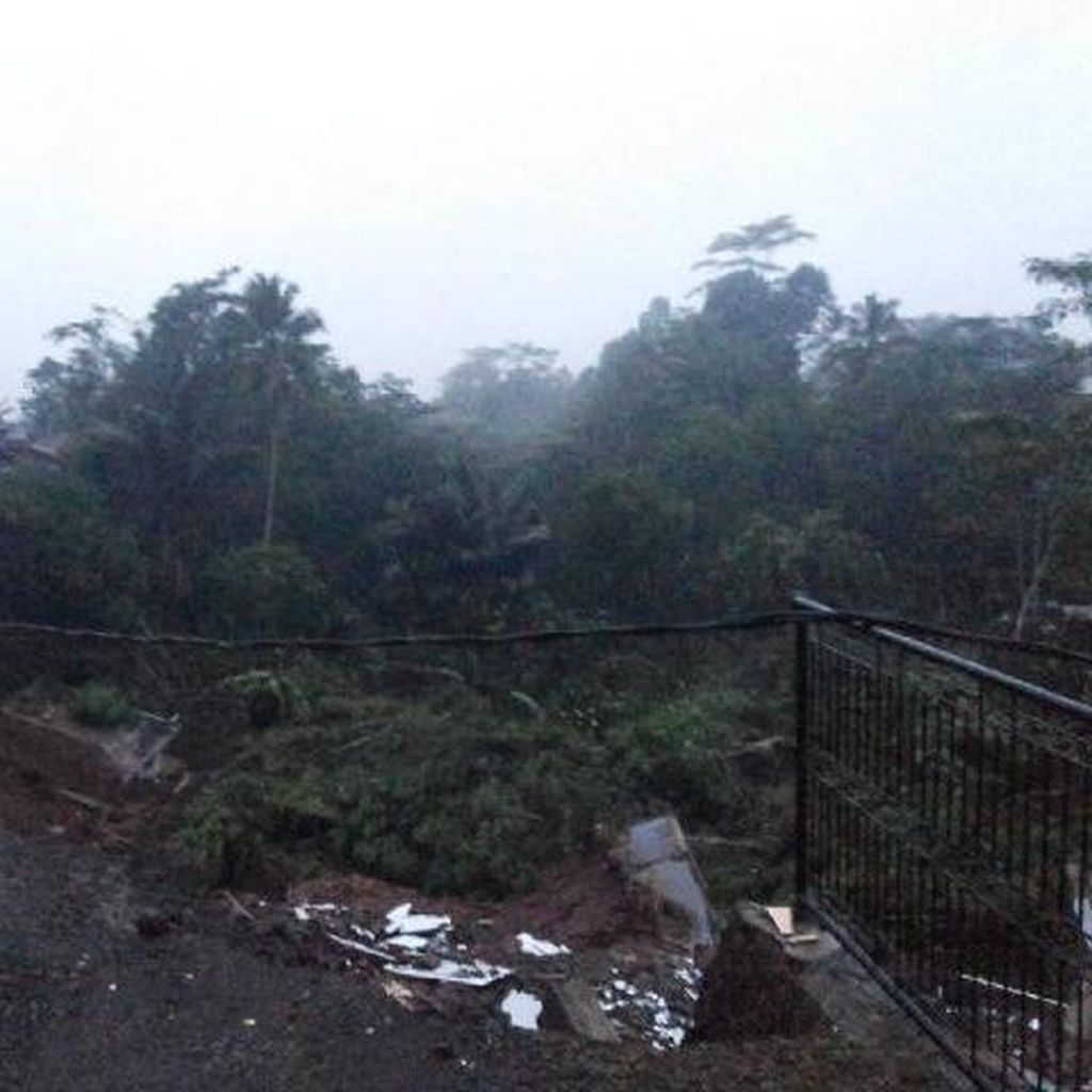 Longsor di Tasikmalaya, Petugas SAR Tunda Evakuasi Karena Lokasi Gelap