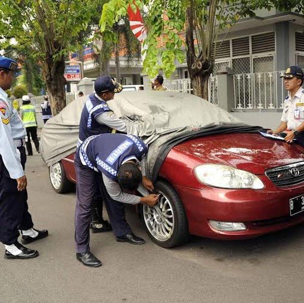 58 Mobil di Surabaya Ditindak Karena Parkir Sembarangan