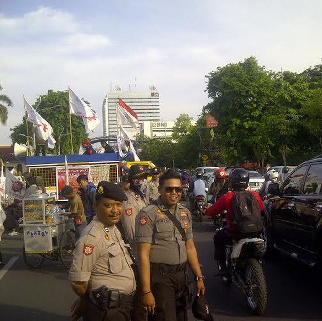 Hari Terakhir Mogok Nasional di Grahadi, Jalan Gubernur Suryo Macet