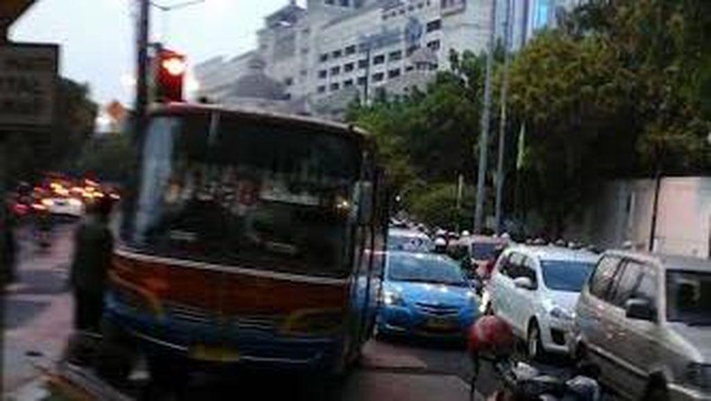 Metro Mini Seruduk Rambu Lalin Hingga Roboh di Permata Hijau