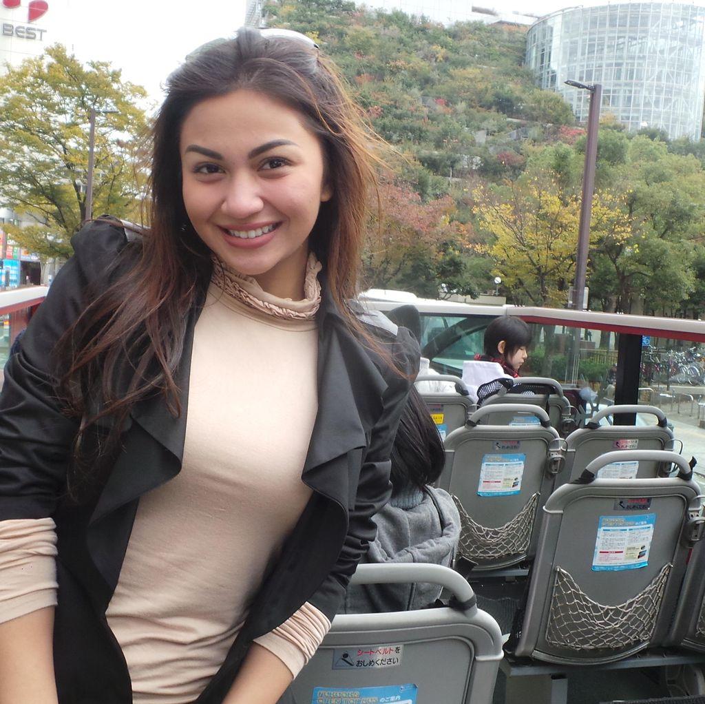 Naik Bus Wisata, Ariel Tatum Terpesona Keindahan Kota Fukuoka