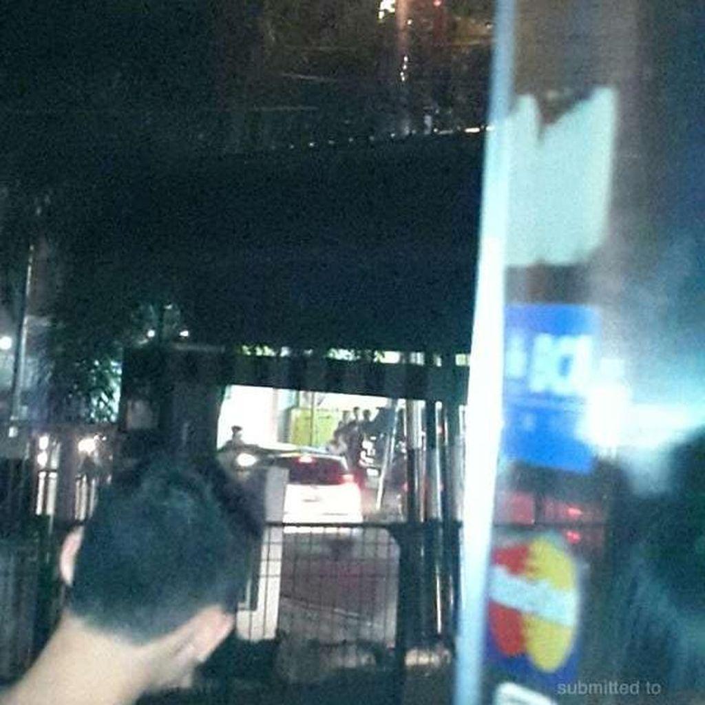 Ada Percikan Api dari Kabel Tiang Listrik di Tanjung Duren