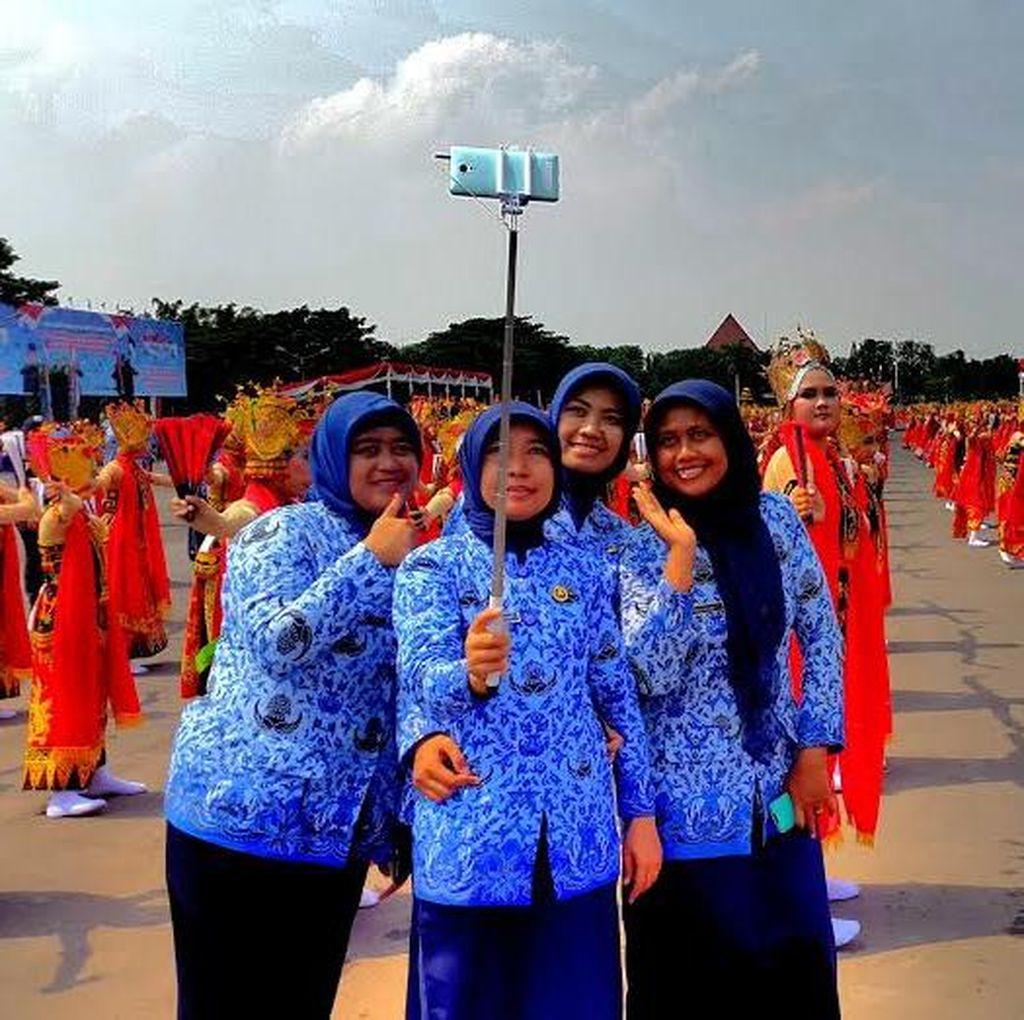 Penampilan Gandrung Sewu Jadi Ajang Selfie HUT Korpri di Surabaya