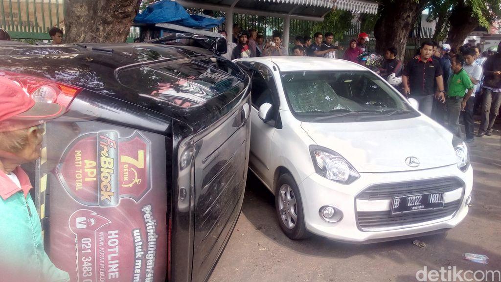 Mobil Terguling di Jalan Kramat Raya, Lalu Lintas Macet