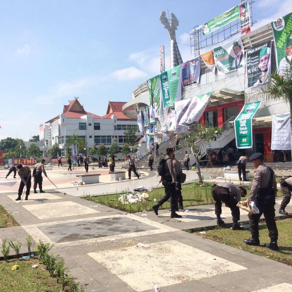 Personel TNI dan Polri Gotong Royong Bersihkan Sampah di Arena Kongres HMI
