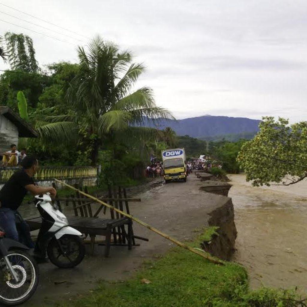 Diguyur Hujan Deras, Badan Jalan di Pidie Ambles dan Longsor