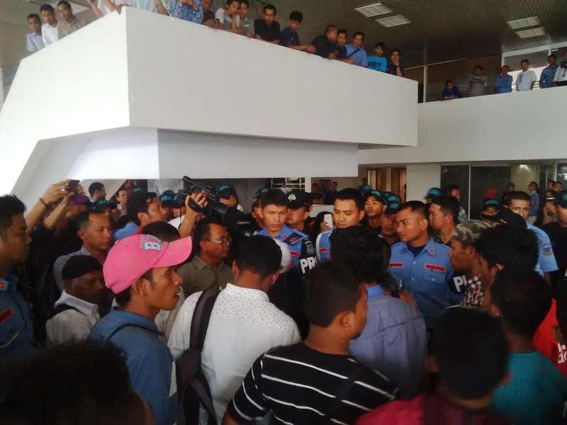 Belasan Orang Teriak-teriak di Gedung DPR, Protes Kisruh Freeport