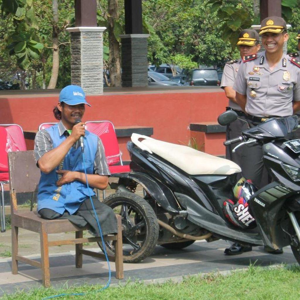 Slamet Penjual Koran Difabel Jadi Inspirasi Ratusan Polisi di Banyumas