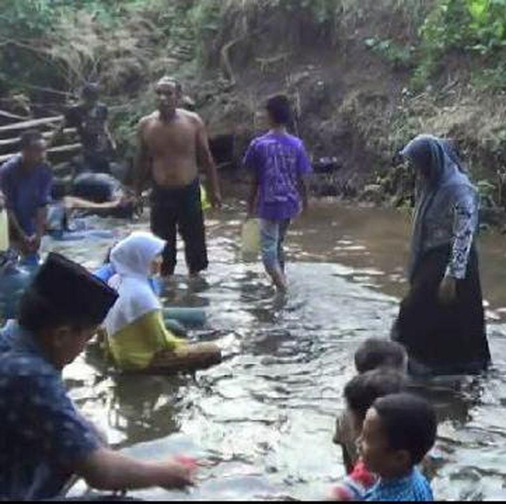 Begini Keriuhan Warga di Sawah Tandus yang Mendadak Semburkan Air
