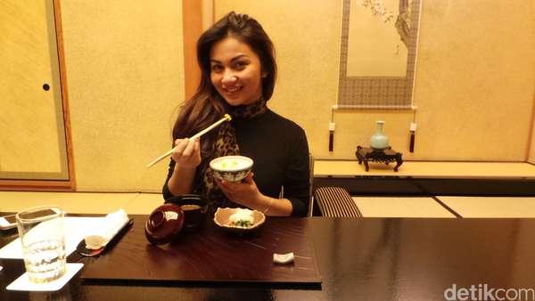 Warnai Boneka hingga Kuliner, Liburan Asyik Ariel Tatum di Jepang