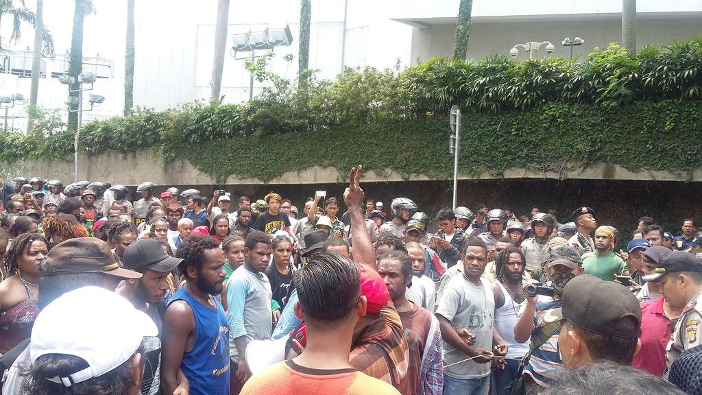 Puluhan Pendemo Asal Papua Masih Bertahan, Jl Imam Bonjol Ditutup
