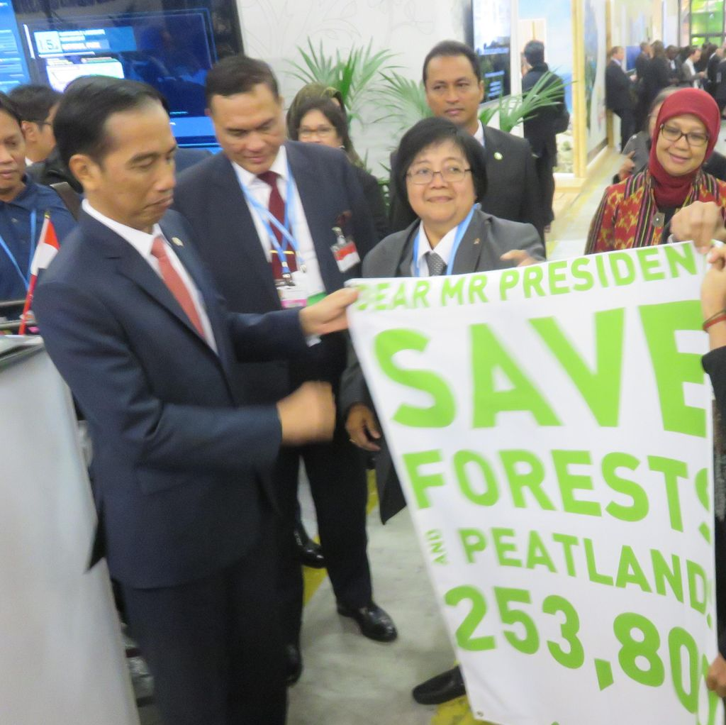 Di Paviliun Indonesia, Jokowi Diberi Spanduk Save Forest