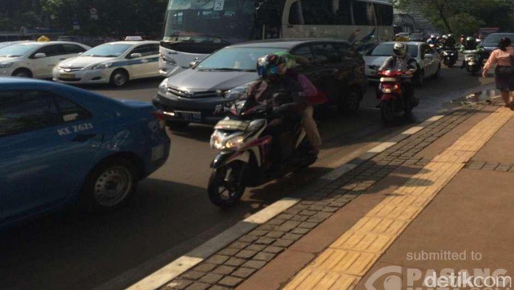Demo di Bundaran HI Ricuh, TransJ Rute Ragunan-Monas Stop Sementara
