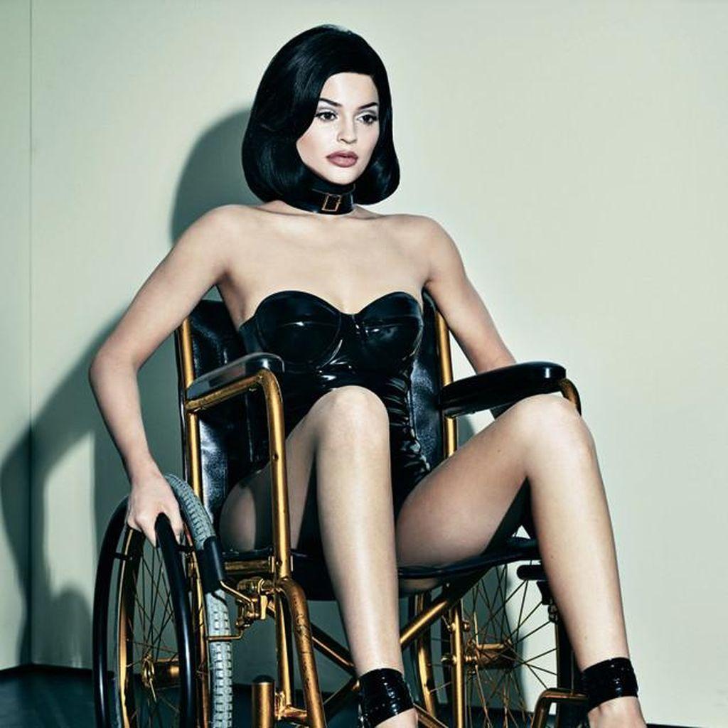 Berpose Seksi di Atas Kursi Roda, Kylie Jenner Dihujat