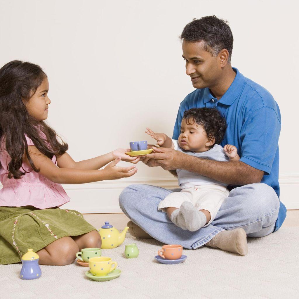 Sambil Bermain, Ayah dan Bunda Bisa Melatih si Kecil Berkonsentrasi Lho