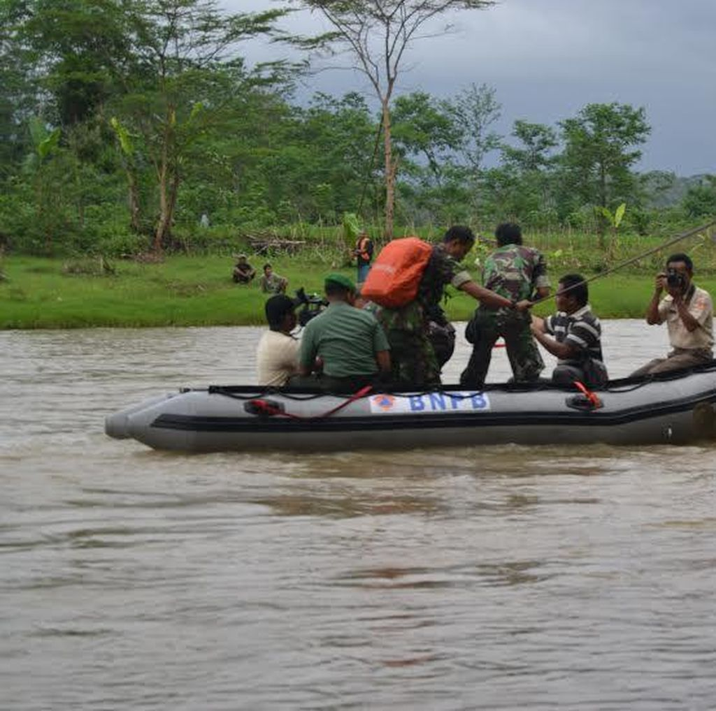 Demi Nyoblos di Pilkada, Warga di Purbalingga Harus Seberangi Sungai