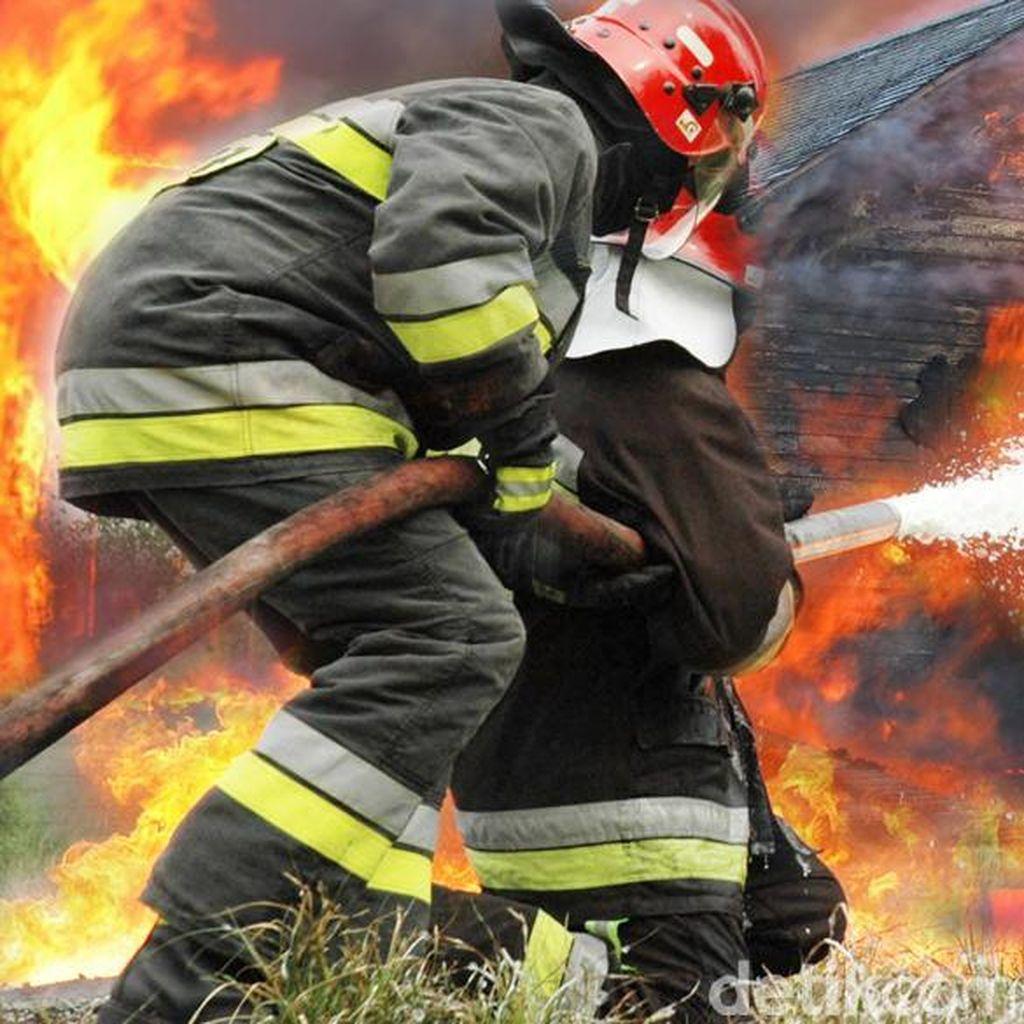 Gudang Kusen di Cengkareng Terbakar, Api Menjalar ke Rumah Warga