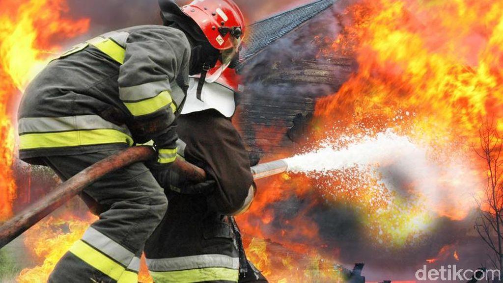 Kebakaran Ruko di Dekat Polres Jaksel Padam, 1 Petugas Damkar Luka Bakar