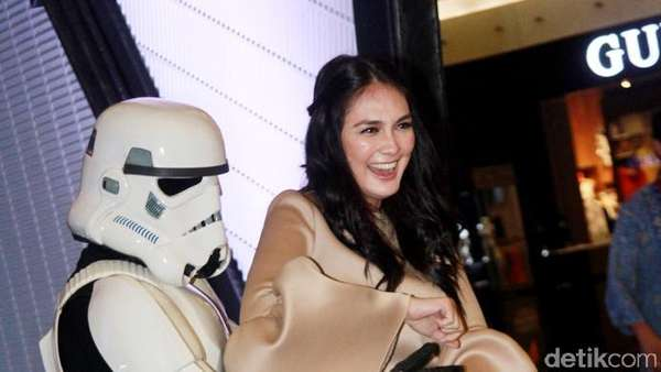 May the Force Be with You... Luna Maya Kena Demam Star Wars