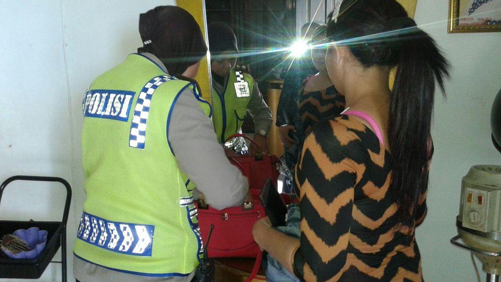 Polisi Temukan Pasangan Mesum Saat Sidak ke Sebuah Salon di Jagakarsa