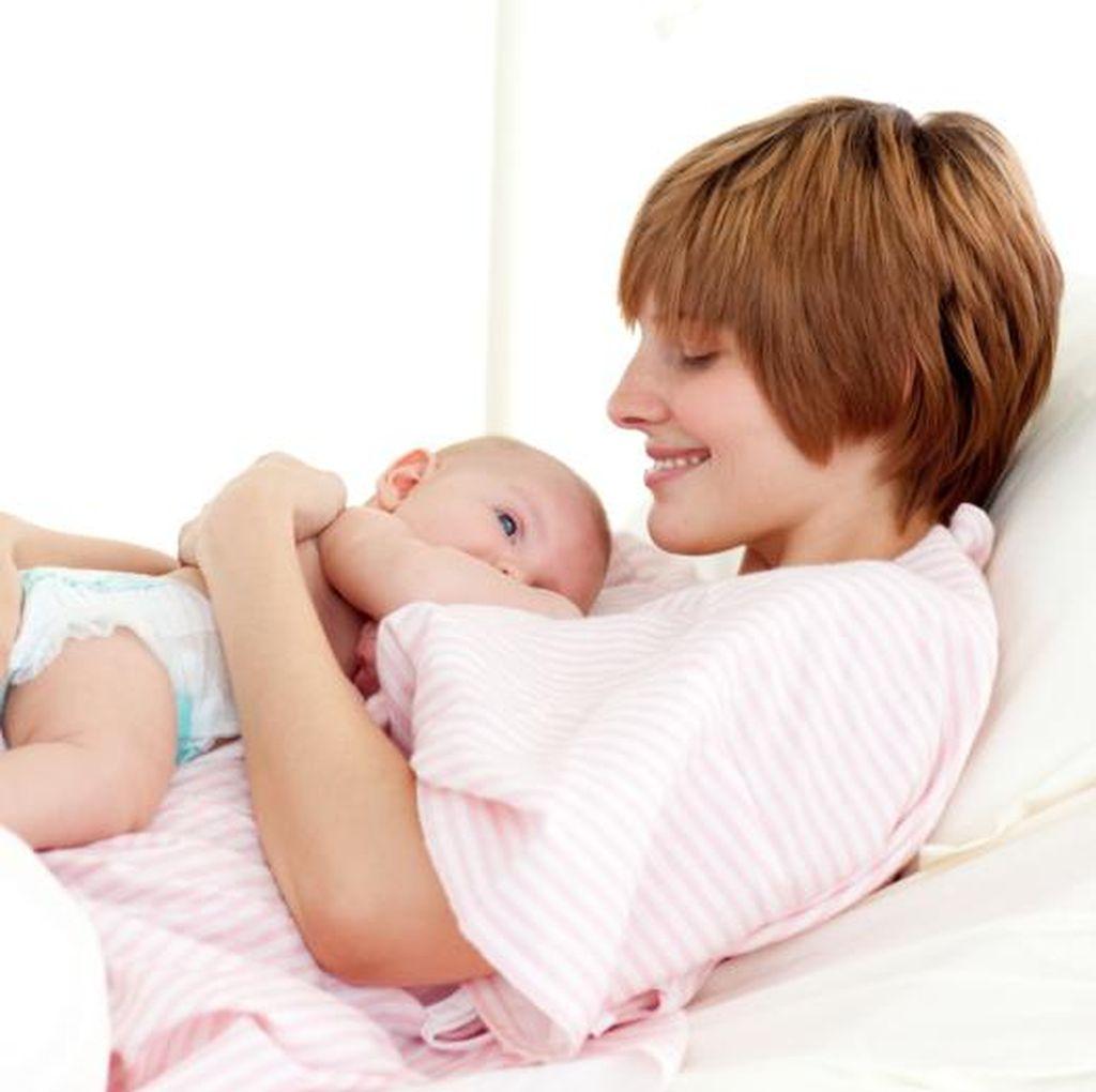 Sering Bersama di Tempat Tidur, Ibu Lebih Rajin Menyusui Bayinya