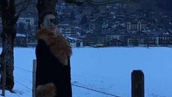 Berpose di Salju, Syahrini Tak Lepas dari Tas Hermes Kesayangannya