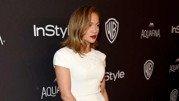 Hot in White! Jennifer Lopez Tetap Wow di Usia 46 Tahun