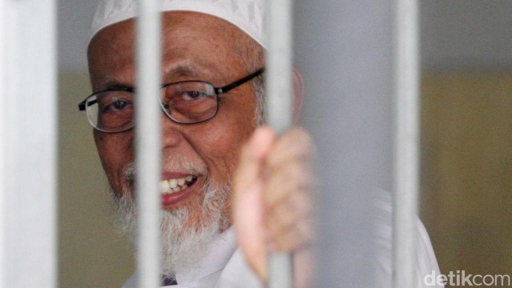 Polisi Sterilisasi Ruang Sidang PN Cilacap Jelang PK Abu Bakar Baasyir