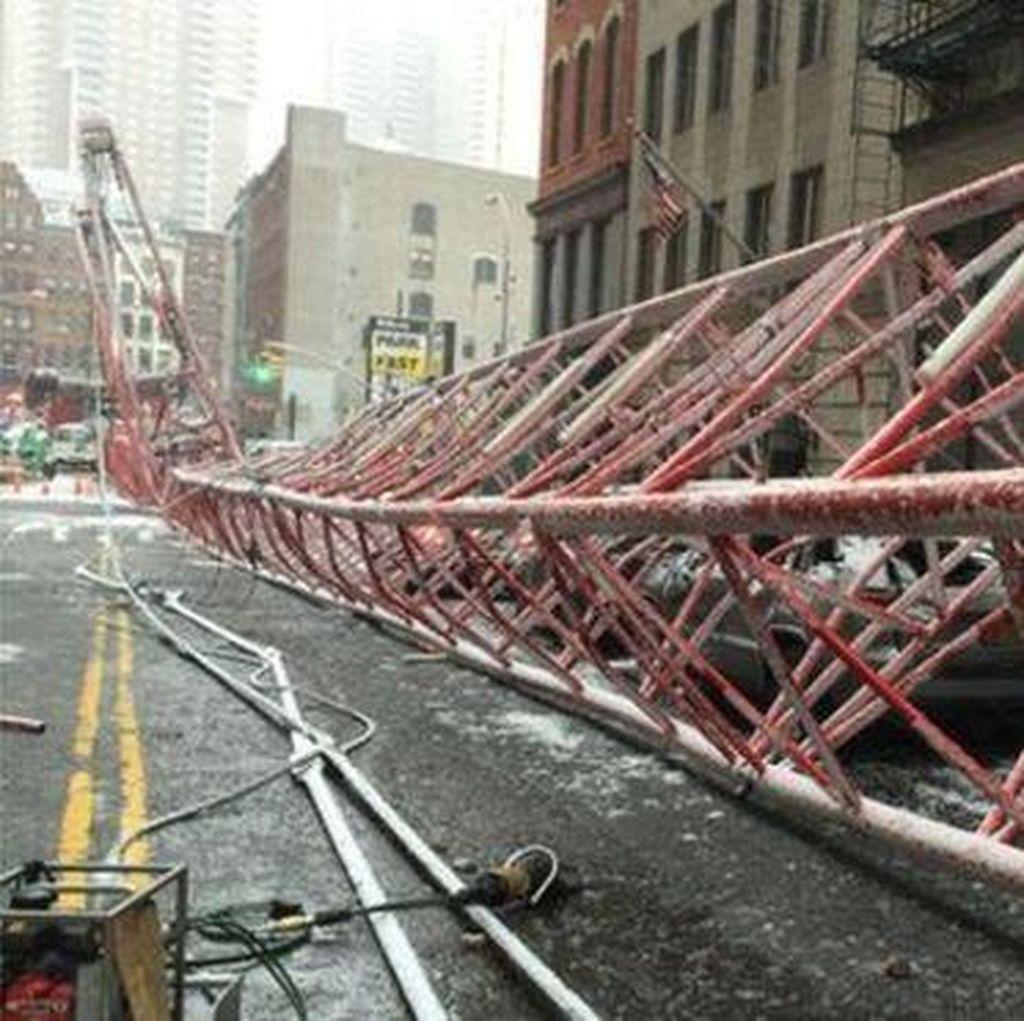 Crane Ambruk di New York AS, 1 Orang Dipastikan Tewas