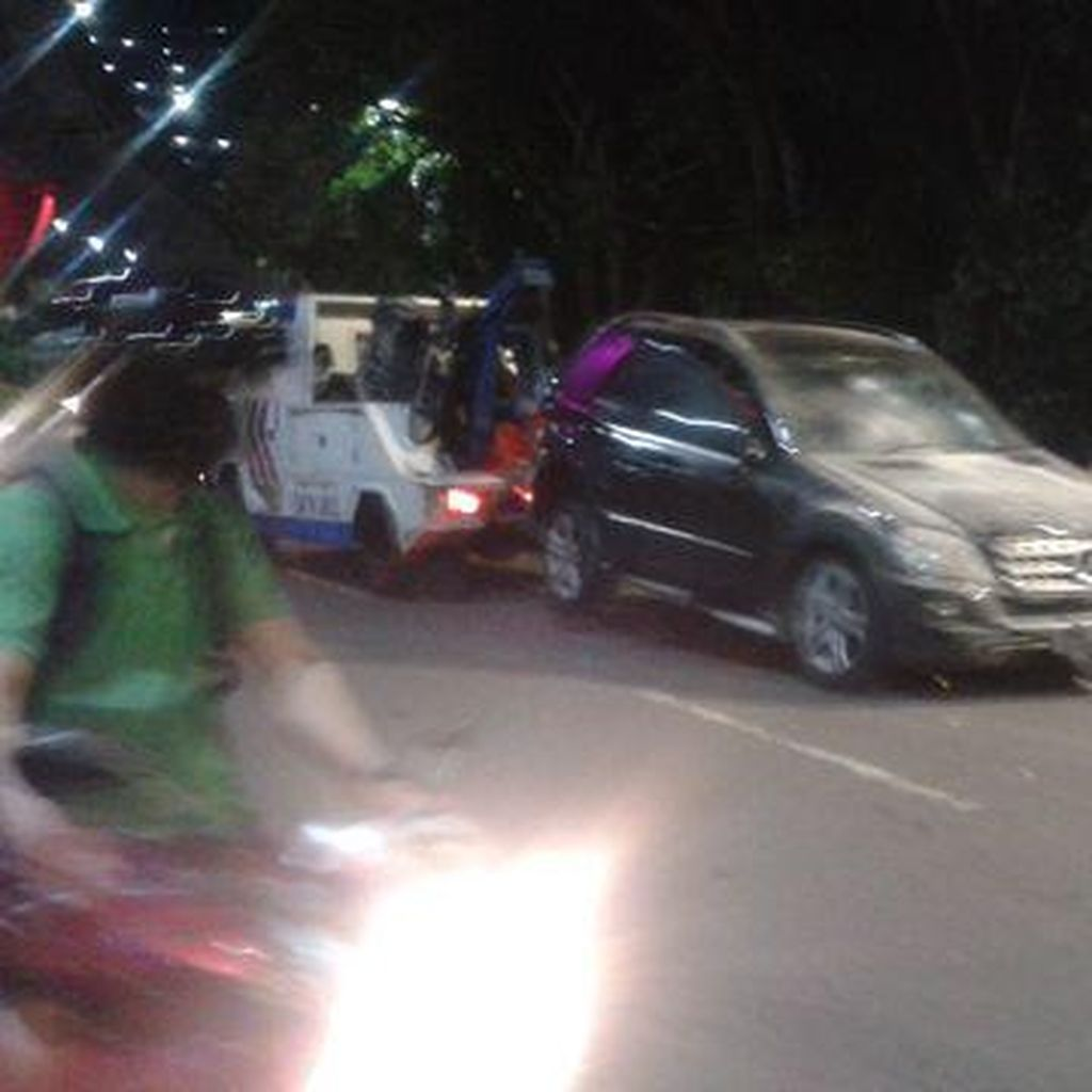 Kecelakaan Mercy dan Motor Terjadi di Jl Prof Dr Satrio Kuningan