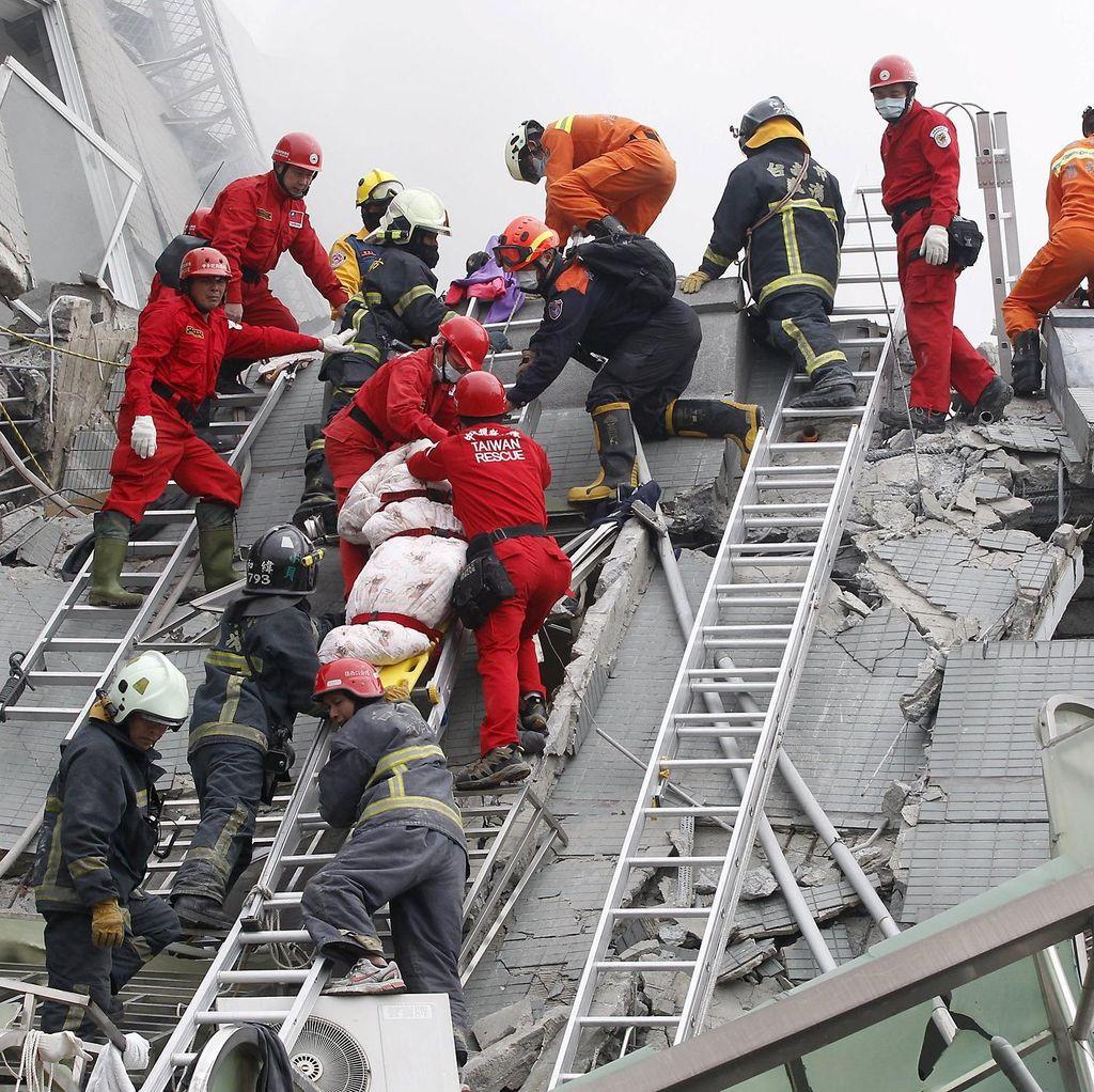 Gempa Tewaskan 7 Orang, Taiwan Selidiki Robohnya Apartemen 16 Lantai