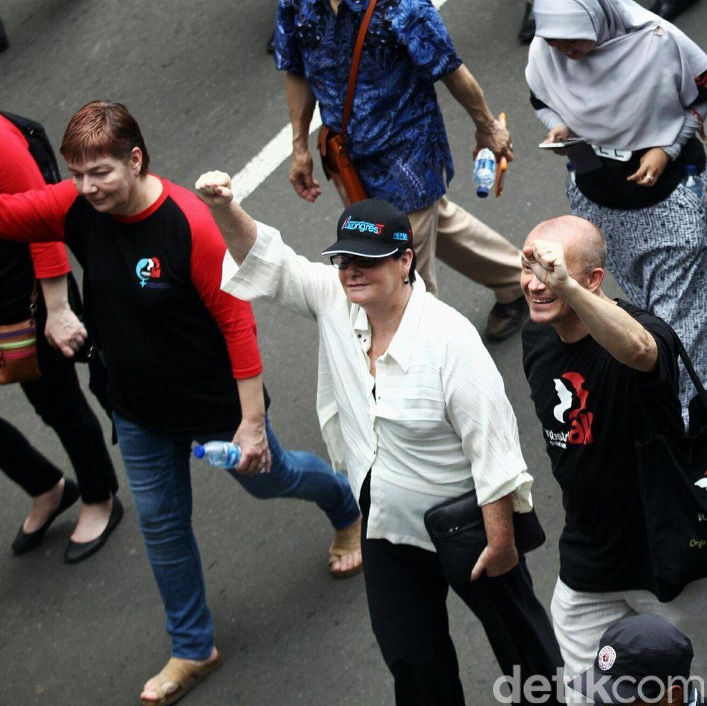 Bule Ikut Demo Buruh di Istana