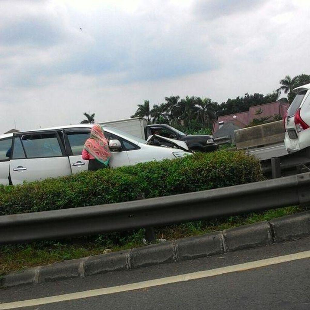 Kecelakaan Beruntun 4 Kendaraan, Tol Cikunir ke Jakarta Macet Panjang