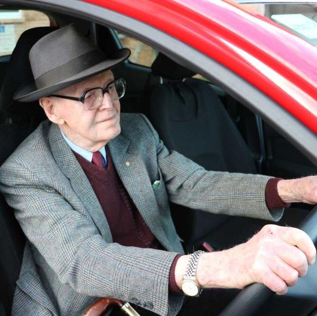 Mobil Makin Canggih, Banyak Lansia Nyetir Mobil Sendiri
