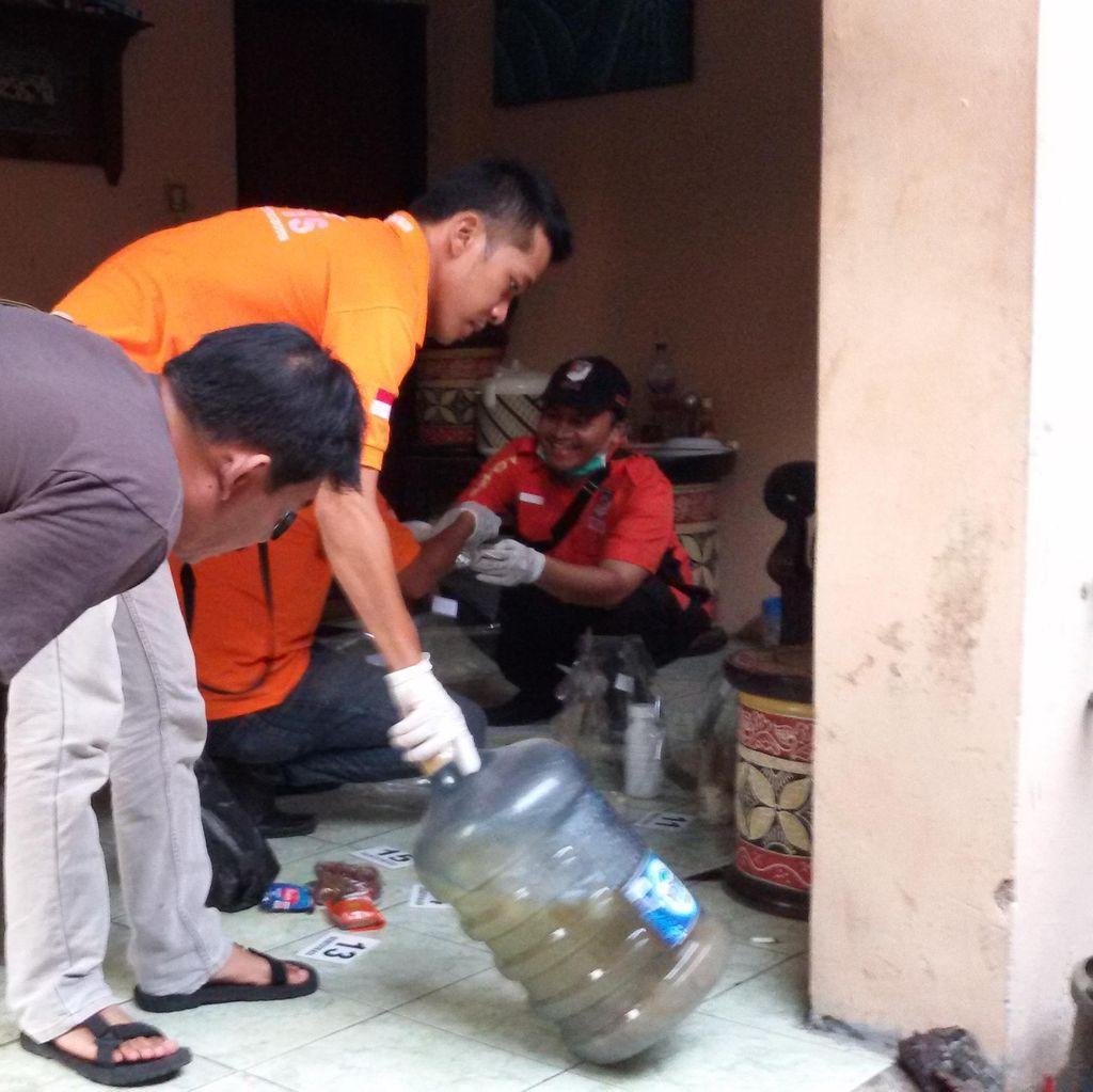 Polisi Temukan Obat Nyamuk Cair dan Segalon Perasa Salak
