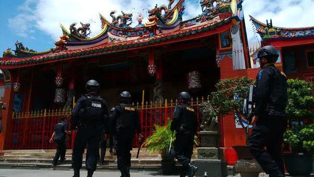 Jelang Imlek, Polisi Penjinak Bom Sterilisasi Vihara di Bandung